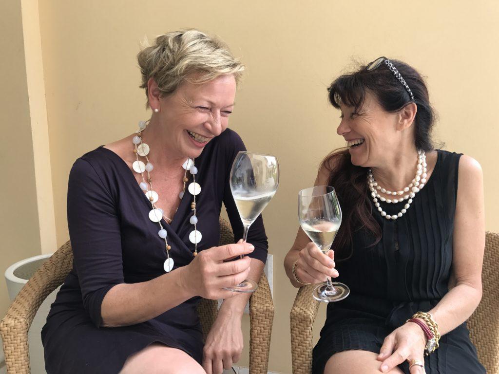 Strandkorb-Geflüster-Autorin Claudia Reshöft mit Freundin Renate und einem Glas Prosecco