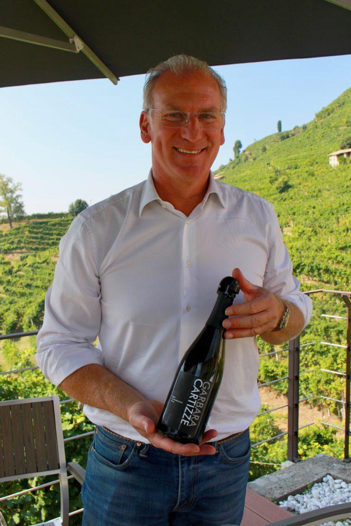 Mirco Grotto vom Weingut Garbara serviert einen Prosecco superiore Cartizze
