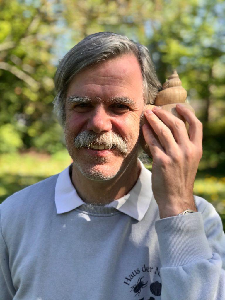 Textfeld: (Porträtfoto)  Dr. Vollrath Wiese ist ein Doktor. Aber keiner, der einen von Hühneraugen befreit oder Knochen repariert, sondern promovierter Erziehungswissenschaftler. Und er ist ganz verrückt nach Muscheln und Schnecken. Also hat er sich als Biologe auf diese sogenannten Mollusken spezialisiert. Von denen hat er Tausende gesammelt, genauso wie andere spannende Sachen aus dem Meer, vom Strand und an Land und 1979 das Haus der Natur im Klosterdorf Cismar gegründet.
