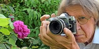 Gunnar Asmus mit Kamera und Vintage-Objektiv